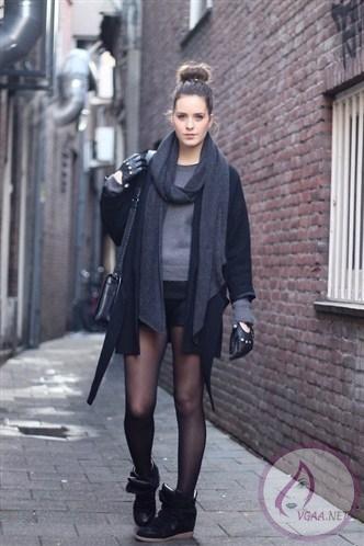 sokak-modası-siyah-kaban-gri-kazak-siyah-mini-şort-siyah-bot-kombini