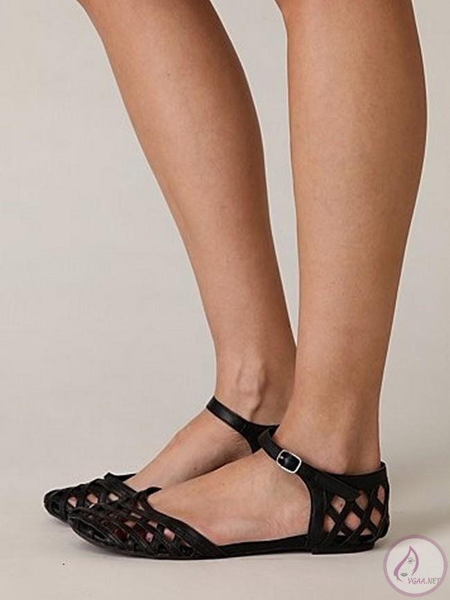 Yazlık topuksuz bayan ayakkabı modelleri en az topuklu modeller kadar şık bir görüntü oluşturabilmektedir. Özellikle yaz aylarında veya tatilde rahat etmek isteyen kadınlar kesinlikle topuksuz modellere göz atmalıdır.