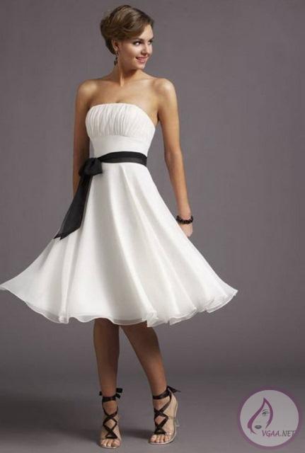 Beyaz-Belinde-Kusak-Bulunan-Straplez-Kisa-Elbise-Modeli